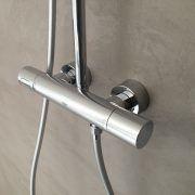 Badkamer-wand-met-gietvloer-afwerking-in-betonlook