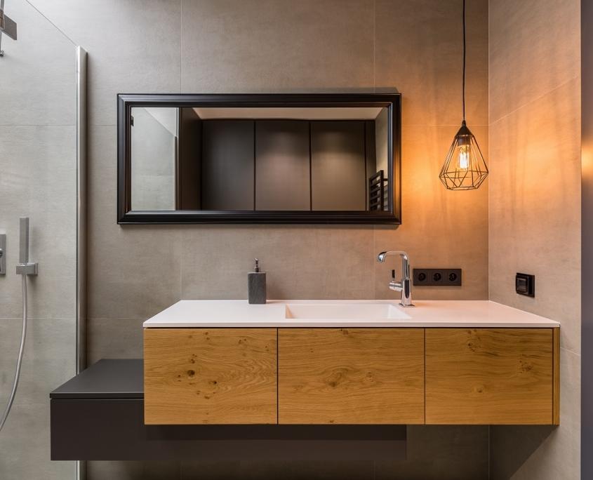 Wastafel van hout in badkamer met betonlook