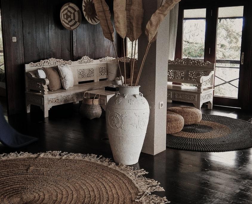 Kamer met bruin houten vloer