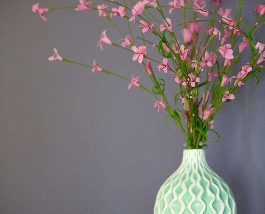 Vaas in pasteltint met roze bloemen