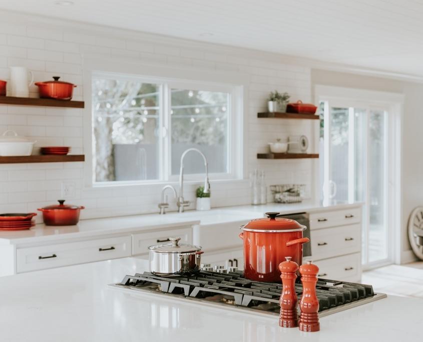 Witte keuken met rood detail