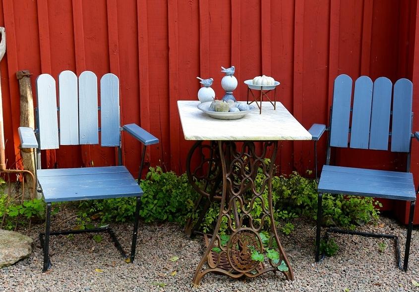 Geef de tuin kleur met een vrolijke blauwe stoelen voor rood huisje